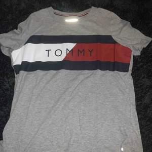 Tommy t-shirt  Bra skick  Mer som large  Äkta.