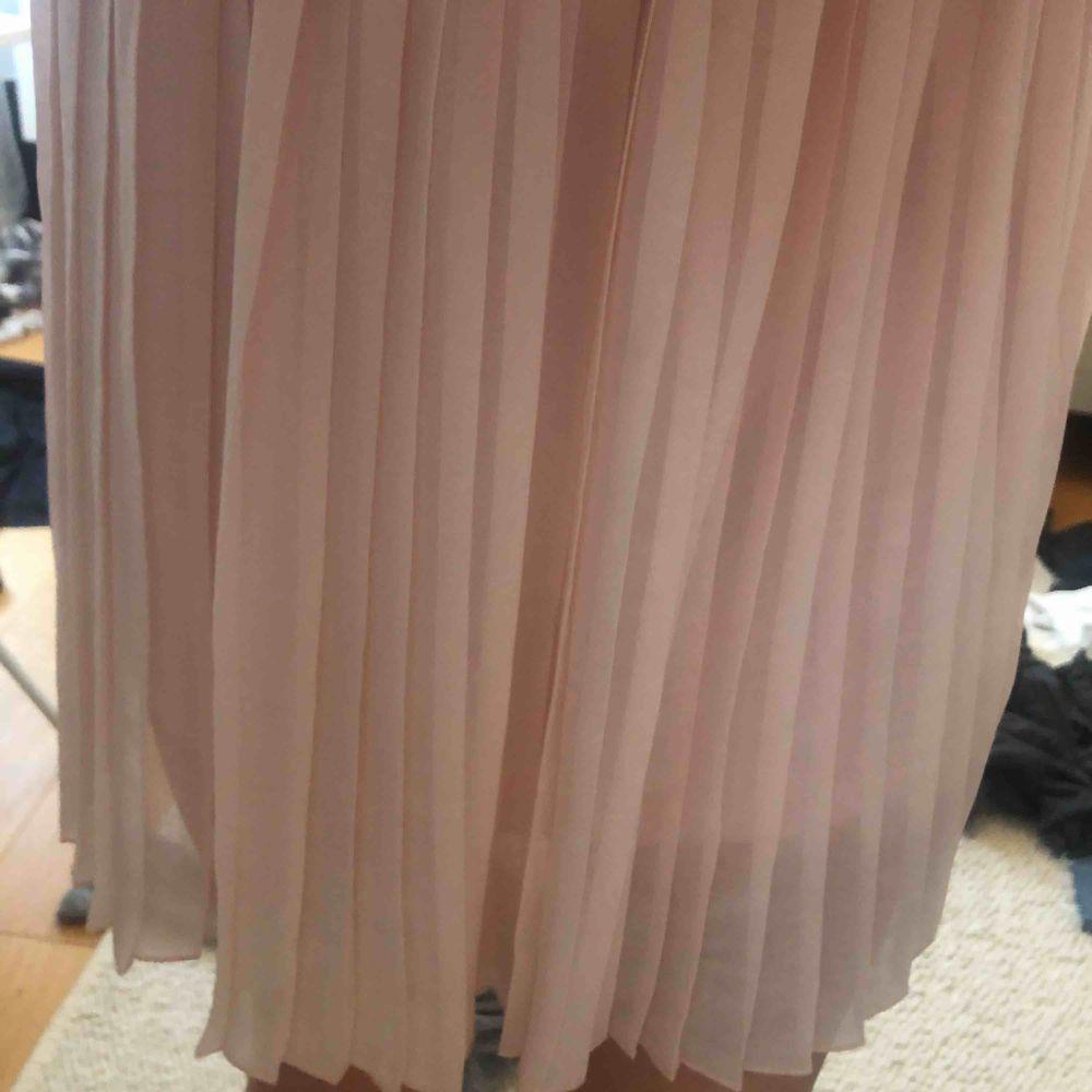Ljusrosa kjol från nakd jättefin aldrig använd inget slitage köpt för 350. Kjolar.