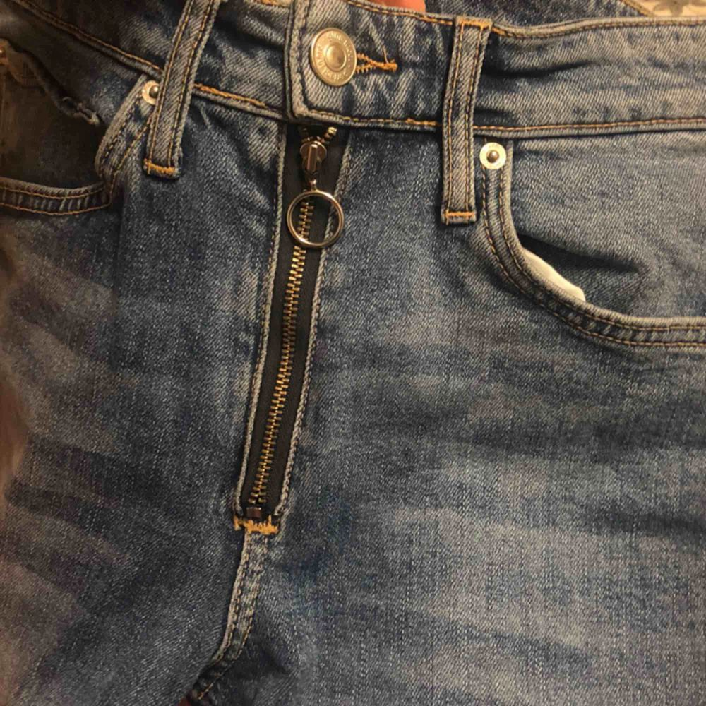 Reworked Jeans storlek S (36). Jeans & Byxor.
