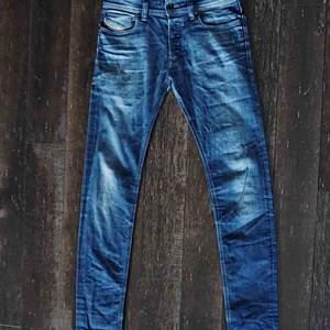 Ett par fina diesel jeans med slitningar på högerficka, köpte dem för 1099kr W29L34