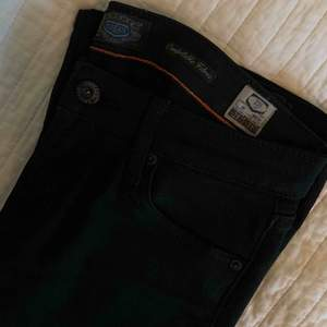 Svarta bootcut jeans från crocker, aldrig blivit använda. Jag skickar gärna fler bilder vid intresse.