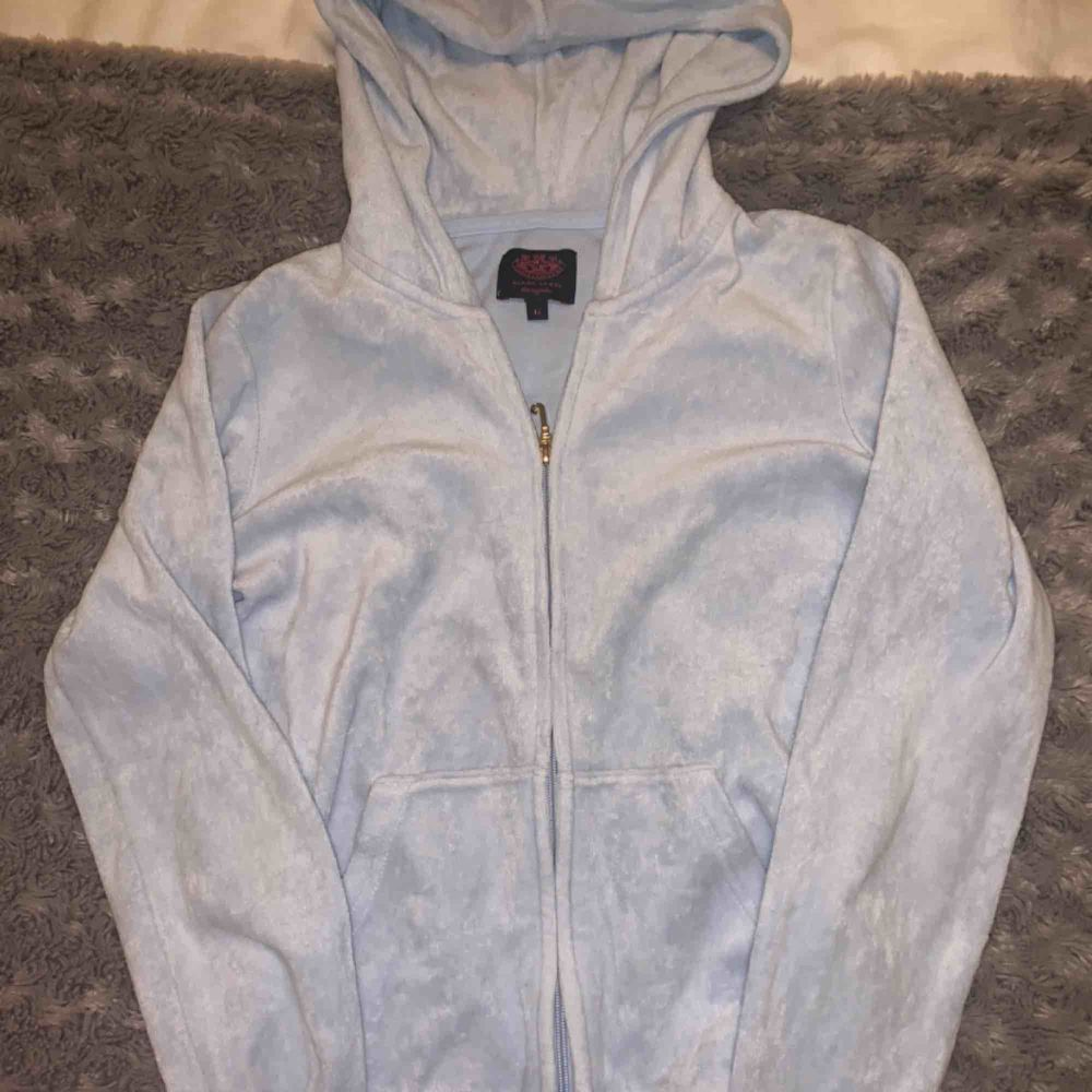 Ljusblått mjukisset från juicy couture i storlek 12 men skulle säga att det är en 32-34. Är 164 och det passade när jag va runt 160-162. Ca 1-2 år gammalt men inte så använt. Nypris var cirka 2300 har jag för mig. Buda!!!. Huvtröjor & Träningströjor.
