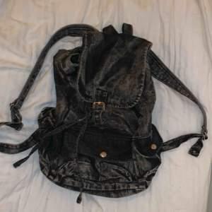 """Snygg ryggsäck i jeansliknande material. Har tre fickor på utsidan samt en mindre i själva väskan. 🎒 den är ungefär i """"vanlig ryggsäcks-storlek"""". Säljer för 30kr pga använder aldrig, så den är i fint skick också. Frakt tillkommer :)"""