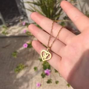 Hjärt playboy smycke i färgen guld. Finns också i silver. Den är 41 cm och sitter som ett lite kortare halsband. Fri frakt 💓 Följ min instagram @itslunete för mer