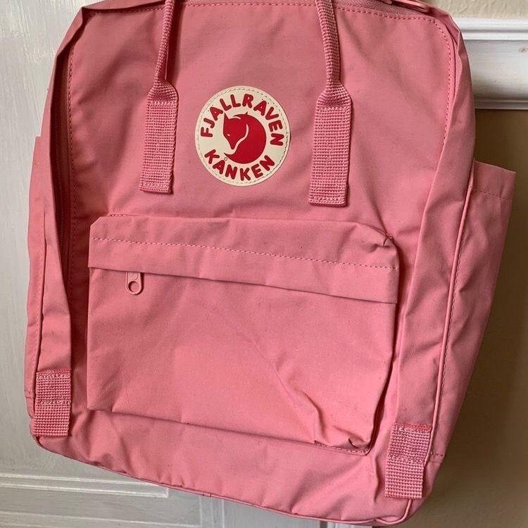 Nästan helt oanvänd, stor, rosa fjällräven kånken ryggsäck. Nypris 1000 kr.. Väskor.