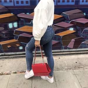 Säljer dessa slitna jeans från Gina tricot. De är jättehöga i midjan och sitter bra i rumpan. På andra bilden ser ni även andra skinnyjeans i ungefär samma modell som jag också säljer. Är ni intresserade av nån av dom är det bara att skriva.