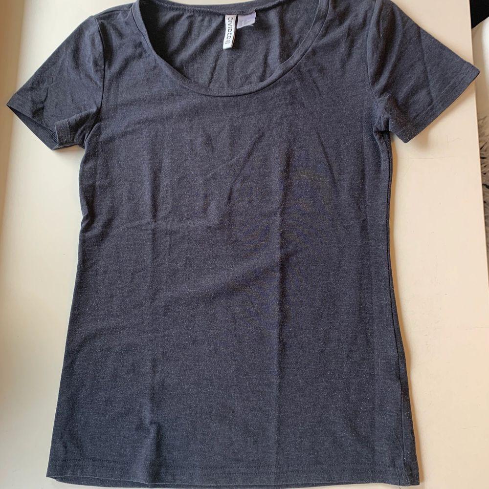 Budgivning i kommentarerna, från 50kr, frakt ingår ej. Jag säljer en blå t-shirt i st XS från H&M. Lite nopprig, annars super skön.. T-shirts.