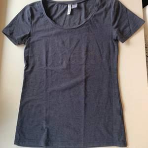Budgivning i kommentarerna, från 50kr, frakt ingår ej. Jag säljer en blå t-shirt i st XS från H&M. Lite nopprig, annars super skön.