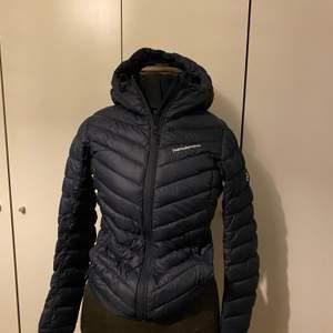Tunn & mörkblå peak performance jacka i storlek S. Har använts cirka en vinter. Priset kan diskuteras, men just nu ligger den på 500 plus frakt.
