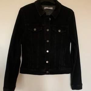 Helt ny och oanvänd jeansjacka från Nelly. Säljs för 150:- + frakt. Skicka meddelande för info 🥰