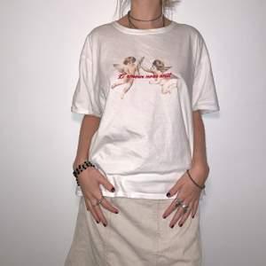 supersöt t-shirt från urban outfitters med änglatryck på!