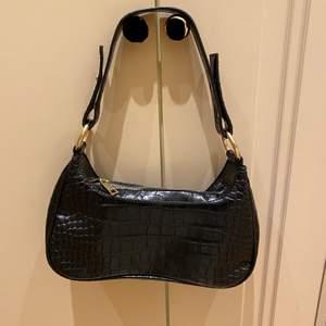 Svart väska med guld detaljer, använd några få gånger och är väldigt fint skick!                                                                   Nypris - 299kr