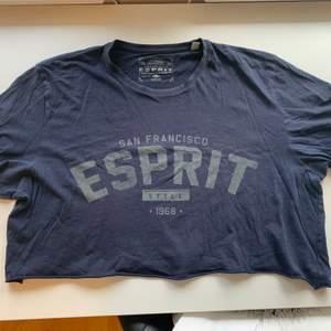 Budgivning i kommentarerna, från 50kr, frakt ingår ej. Jag säljer en blå oversized t-shirt i st XXL som jag har klippt kort från Esprit. Köpt på secondhand, super skön. Swipe för fler bilder.