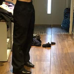 Ett par pösiga classy svarta kostymbyxor passar till allt! Har flera par redan, alla kommer inte t användning!