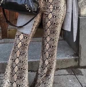 Säljer dessa byxor från Zara, i orm mönster. Storlek S. Buda från 200:- möts upp i Stockholm, eller fraktar, men då står du för frakten. 65:-