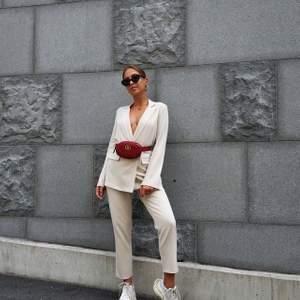 Hej! Säljer dessa beigea kostymbyxor ifrån ivy revel. Storlek 34 och modellen heter faraou pants.  Nypris 499kr och slutsålda. Säljer då de är försmå för mig! Fraktar och möts upp i Göteborg!💖