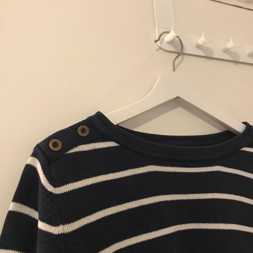 En mörkblå och vit randig tröja med knappar ifrån Kappahl i strl L, för stor för mig så har inte kommit till använda. 50kr + frakt 😊. Tröjor & Koftor.