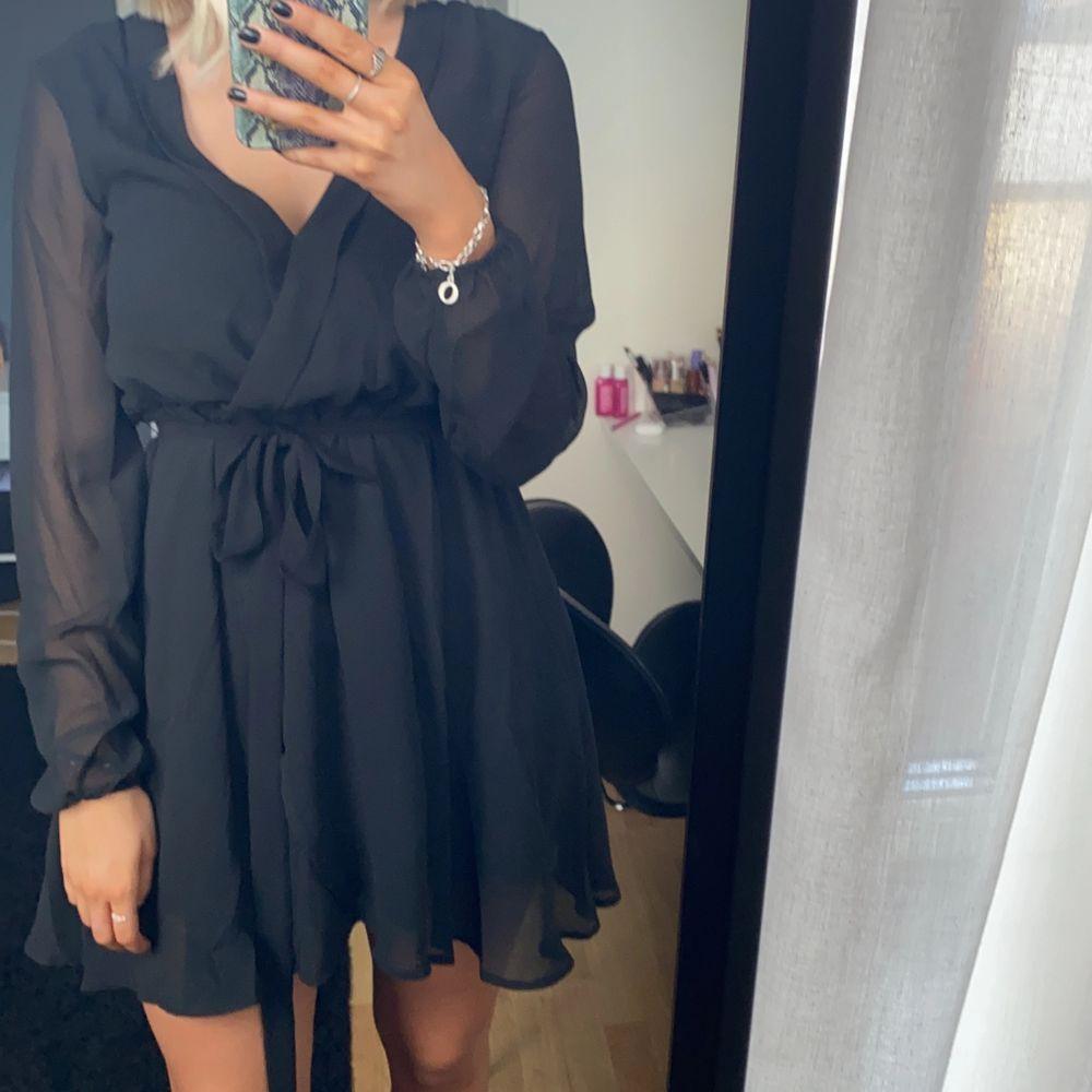 Svart långärmad klänning från Nelly trend i storlek 34.. Klänningar.