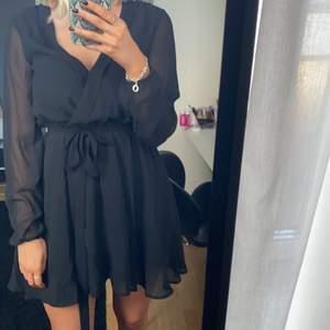 Svart långärmad klänning från Nelly trend i storlek 34.