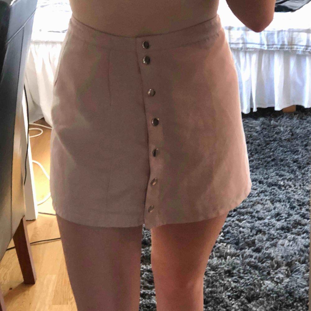 Fin ljusrosa kjol i fint skick! Frakten ligger på 59kr och allt betalas via swish💕. Kjolar.