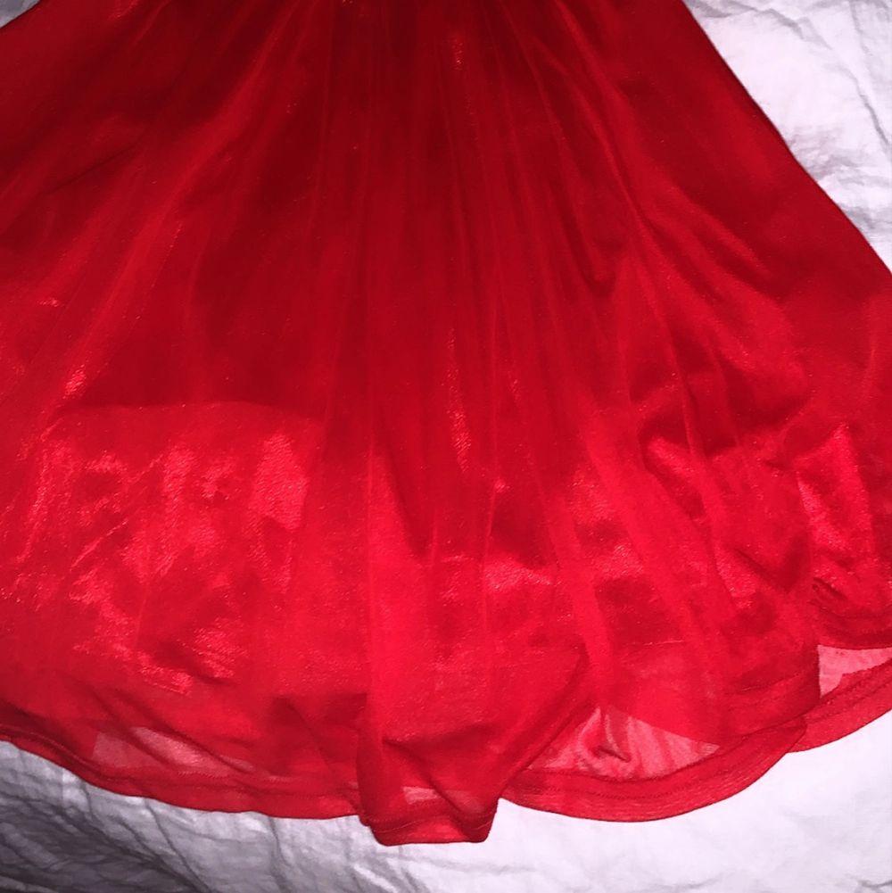 Superfin röd kort klänning som passar perfekt för en XS/34. Klänningar.