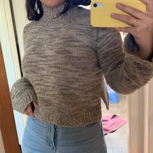 Mysigaste gråa sweatern från Zara. Kort i modellen och har en hög krage som kan vikas ner om man så önskar. Sparsamt använd så i jättebra skick! Säljer därför att den tyvärr ej kommer till användning.🌼