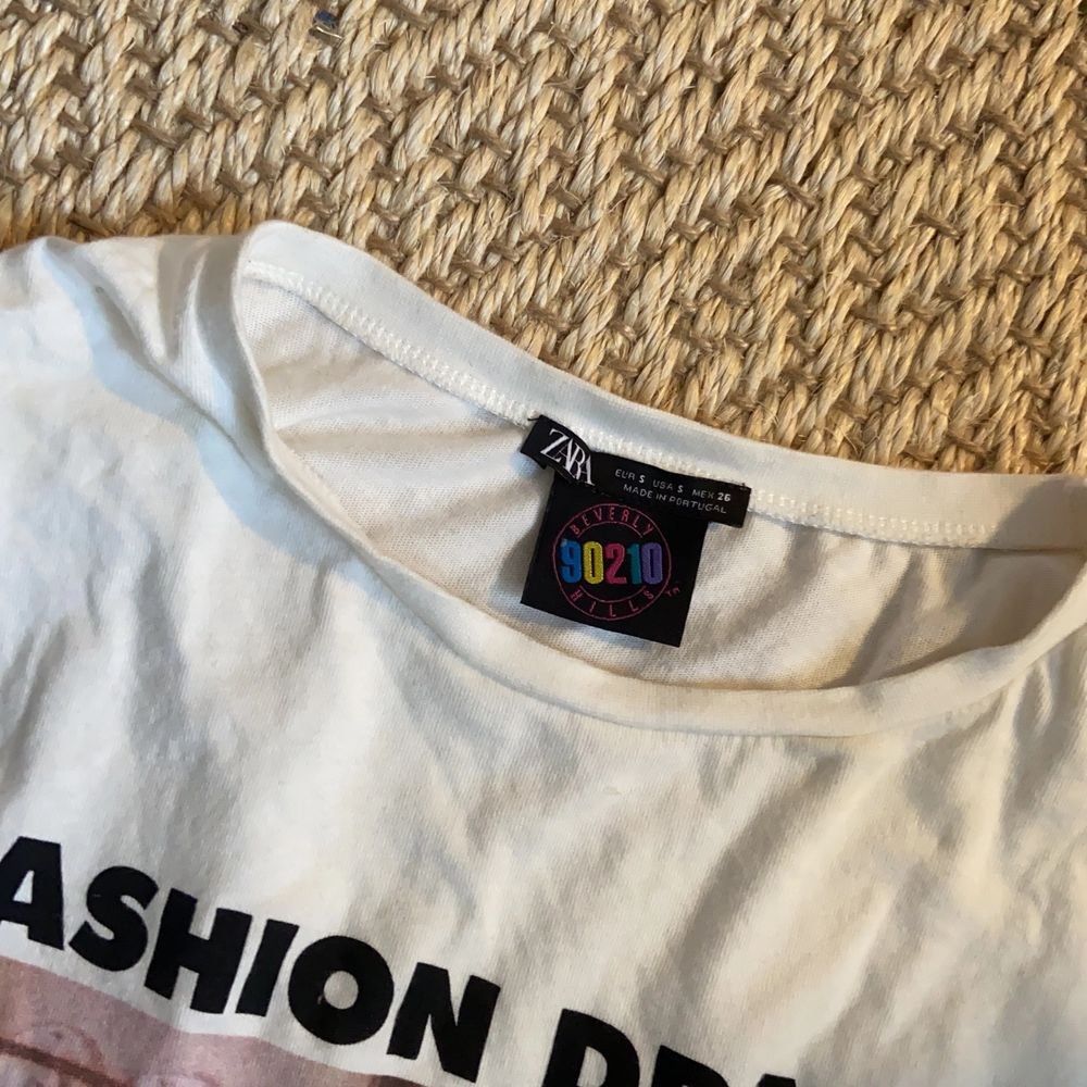 Super populär slutsåld t-shirt ifrån Zara med ett coolt tryck. Säljes pga att jag ej använder den längre! Vid flera intresserade blir det budgivning. ☺️. T-shirts.