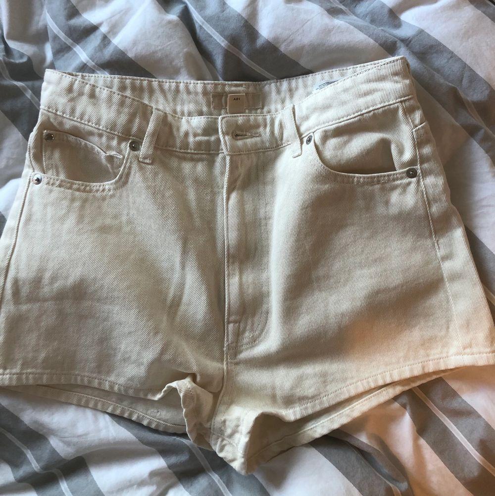 Ett par sprillans nya shorts aldeig använda så mycket gott skick! Storlek 40 men relativt liten i strl så passar nog även 38!. Shorts.