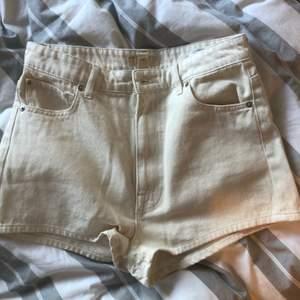 Ett par sprillans nya shorts aldeig använda så mycket gott skick! Storlek 40 men relativt liten i strl så passar nog även 38!