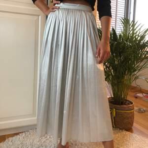 """En super fin väckad kjol i fint """"silkes""""-aktigt material🧚🏼🧚🏼 köparen står för frakt!!"""