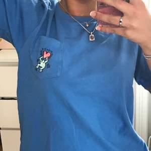 Blå t-shirt köpt på uniqlo för ett år sedan, använd ca 10 gånger max. Bra skick.