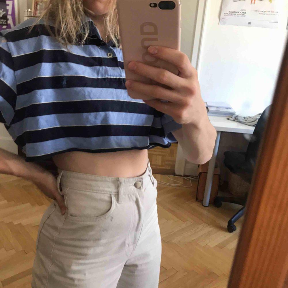 Kort piké-tröja från Polo Ralph Lauren. Fint skick. Köparen står för frakten. Kan även mötas upp i Stockholm.. Toppar.