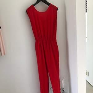Riktigt snygg jumpsuit som både går att klä upp med klackar men även vardaglig!! Säljer den för den är för lång för mig (är 154 cm)❤️