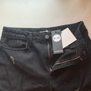 Svarta oversized jeans från Boohoo 🖤 Aldrig använda, endast testade 🖤 Säljer pga fel storlek! Köparen står för eventuell fraktkostnad 👍🏼