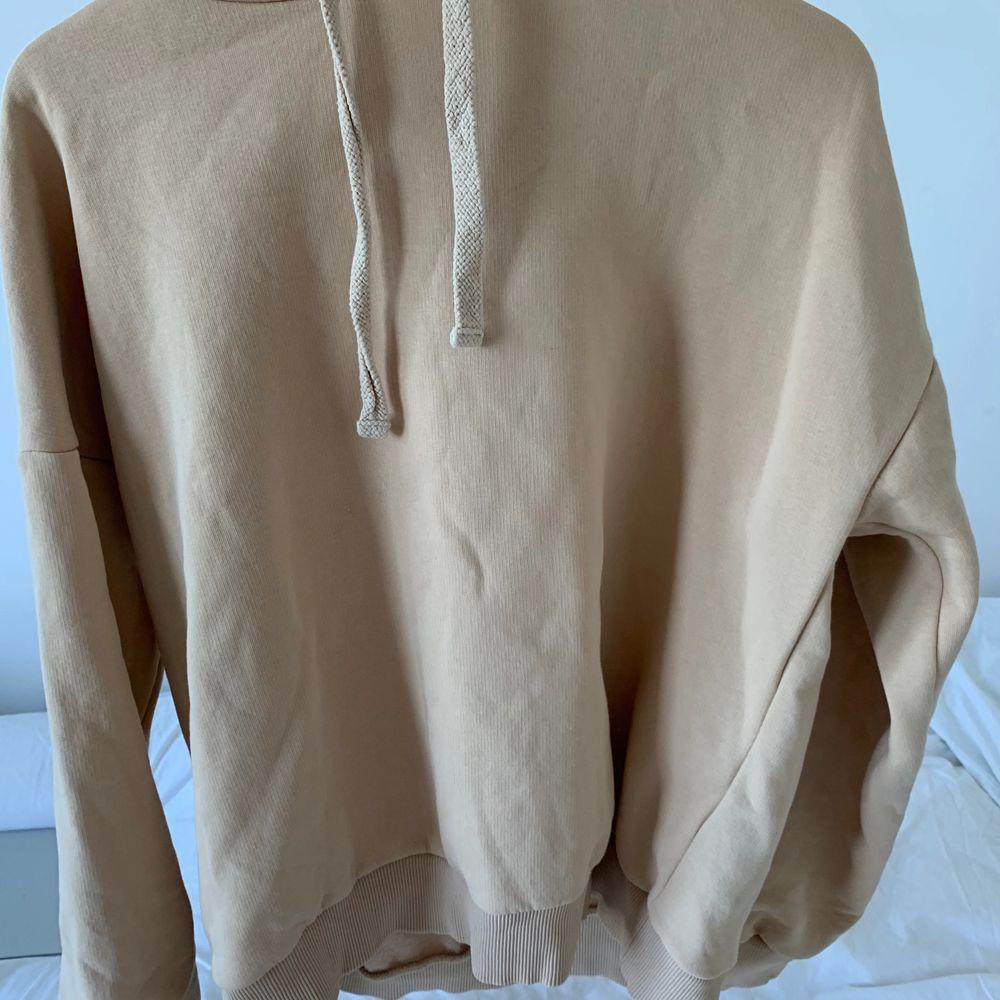 Helt oanvänd Hoodie från NAKD. Snyggt tryck där bak. Beige färg, storlek 36! Köpt för ca 500. Huvtröjor & Träningströjor.
