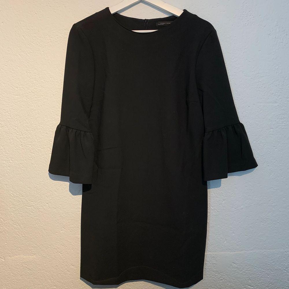 Fin svart klänning med volanger i ärmarna, från Zara. Använd 2 gånger. . Klänningar.