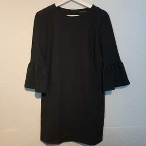 Fin svart klänning med volanger i ärmarna, från Zara. Använd 2 gånger.