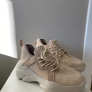 Beiga sneakers från Asos med grov sula och snörning. Använda endast ett fåtal gånger, mkt bra skick!