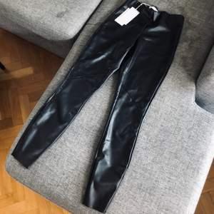 Byxor/leggings i skinnimitation i storlek XS, prislapp kvar och givetvis då oanvända