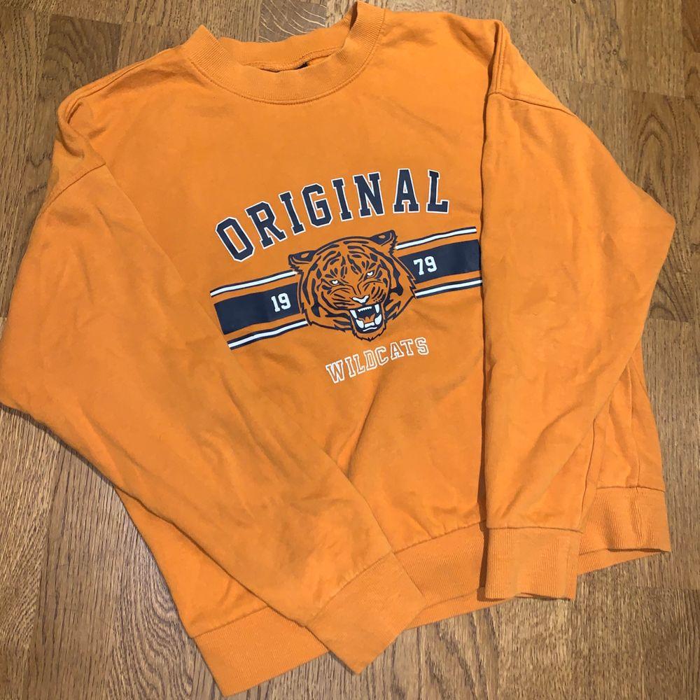 Helt oanvänd sweatshirt från Ginatricot i Strl S. Du som kund berättar ett pris som känns rimligt att betala! Skriv för fler bilder eller frågor!. Huvtröjor & Träningströjor.