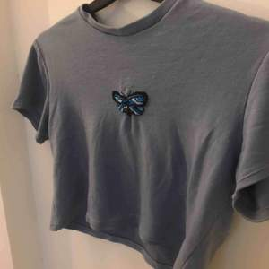 Gullig tröja som jag själv sytt. Blå broderad fjäril. Frakt 39kr💙