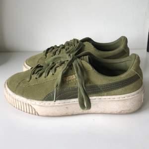 Gröna mocka sneakers från Puma! Sparsamt använda och köptes i London 2017. Säljer för att skorna inte kommer till användning så ofta. Väldigt coola och har en liten högra sula.