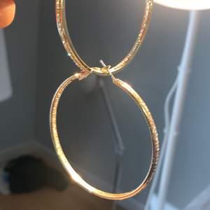 SÅ SJUKT classy och snygga örhängen!!! Kan användas i vardagen och på fest!!!