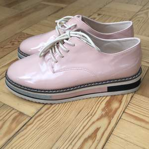Ett par snygga skor från Zara i storlek 36. Helt oanvända!