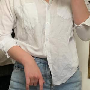 Ursäkta att den är ostruken! Väldigt lätt of luftig skjorta jag köpte på yesstyle som har små insömmar på sidan som gör att den är lätt att stoppa in i byxor osv 🕊 alldeles för liten för mig nu!