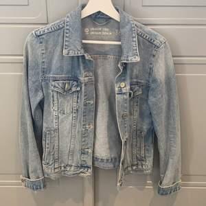 Ljusblå jeansjacka från Cubus storlek 38