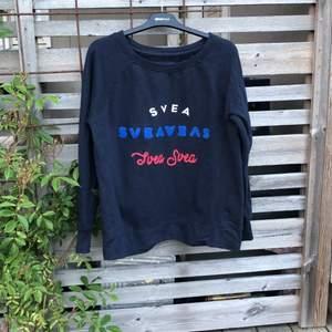 En mörkblå sweatshirt som har använt i få tillfällen