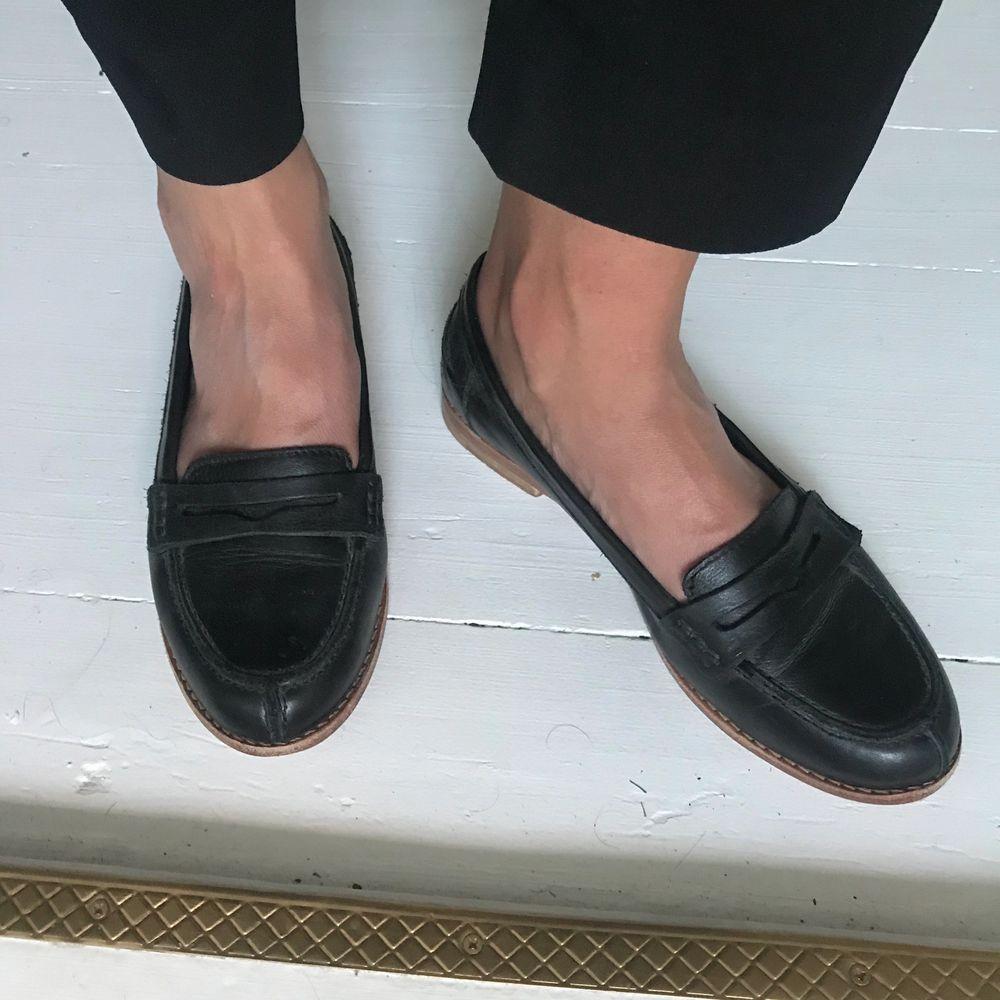 Loafers i läder från Tiger of Sweden. Använda ett fåtal gånger, som nya! Nypris 1999:-. Säljs för 1000:-. Kan hämtas i Jönköping, Falkenberg eller Göteborg. Annars tillkommer frakt.  . Skor.
