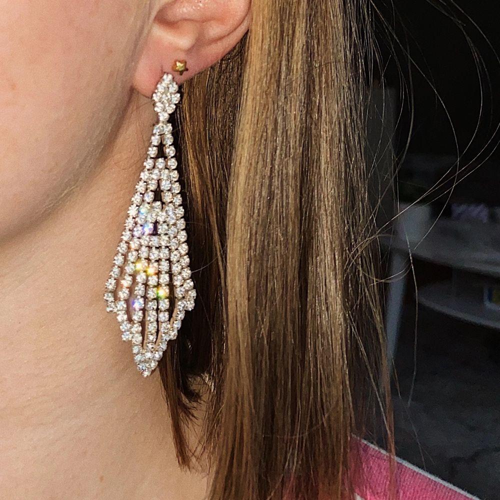 Så fina öronhängerna med massa stenar/diamanter. Aldrig använda förrutom på bilden. Passar bra till fest!! 30 kr + 11 kr frakt. 🦋. Accessoarer.