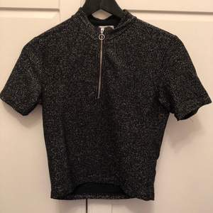 croppad tröja från urban outfitters med polokrage och dragkedja, 80kr inklusive frakt, fler bilder kan skickas vid intresse:)